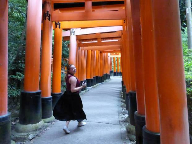 fushimi inari girl running japan kyoto sightseeing top spots tourist